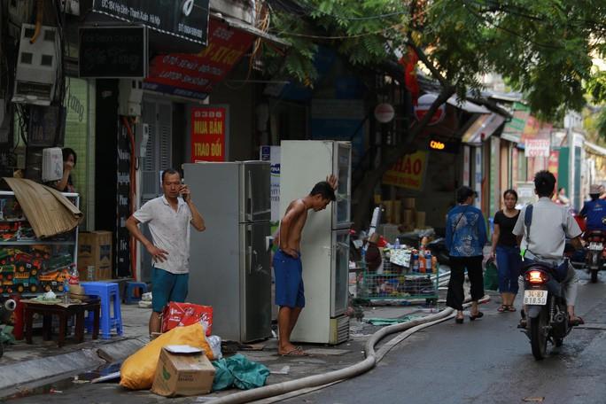 Cháy nhà máy bóng đèn phích nước Rạng Đông: Sơ tán người già, trẻ nhỏ, không dùng thực phẩm - Ảnh 2.