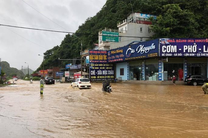 Nhiều tuyến đường ở Sơn La bị nhấn chìm do mưa lớn - Ảnh 1.