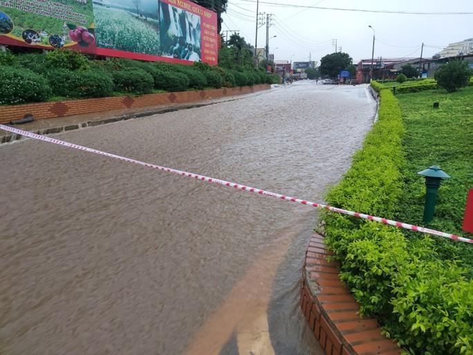 Nhiều tuyến đường ở Sơn La bị nhấn chìm do mưa lớn - Ảnh 2.