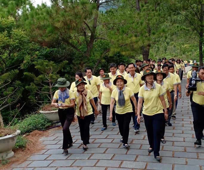 Cán bộ Công đoàn TP HCM dâng hương, viếng mộ Đại tướng Võ Nguyên Giáp - Ảnh 1.
