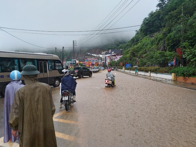 Nhiều tuyến đường ở Sơn La bị nhấn chìm do mưa lớn - Ảnh 3.