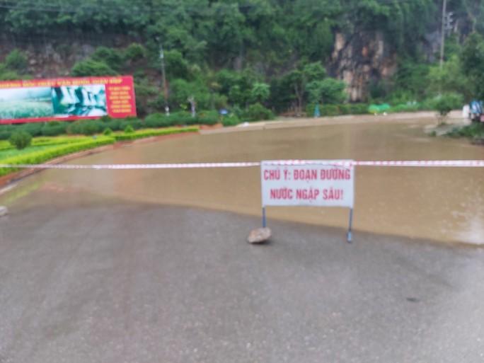 Nhiều tuyến đường ở Sơn La bị nhấn chìm do mưa lớn - Ảnh 4.
