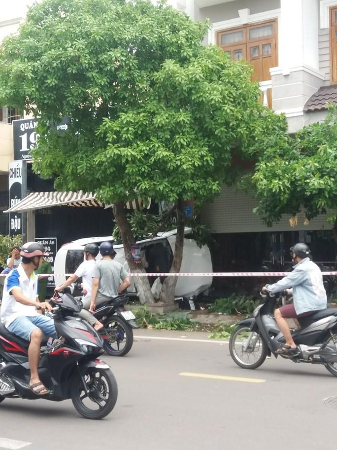 Tai nạn hy hữu trong lúc ôm cua, 2 người trong ô tô con bị thương nặng - Ảnh 1.