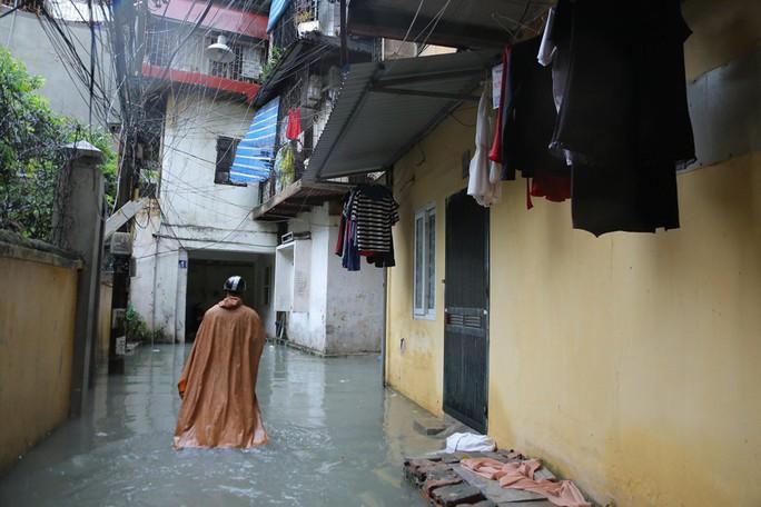 Những hình ảnh người dân Hà Nội bì bõm trên phố biến thành sông - Ảnh 33.