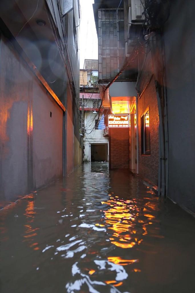 Những hình ảnh người dân Hà Nội bì bõm trên phố biến thành sông - Ảnh 30.