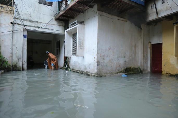 Những hình ảnh người dân Hà Nội bì bõm trên phố biến thành sông - Ảnh 27.