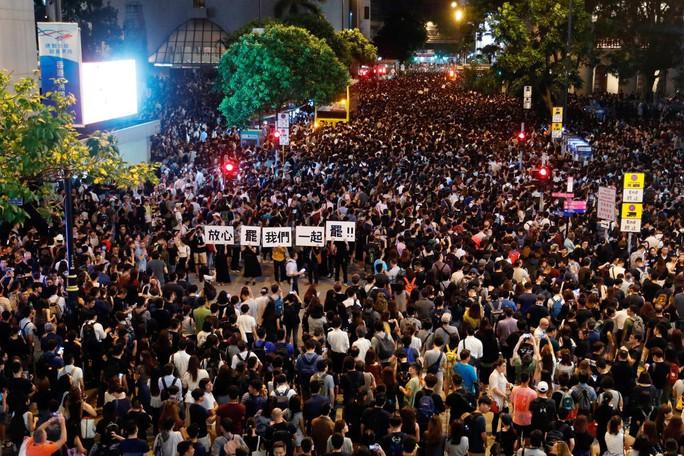 Hồng Kông: Hàng ngàn công chức bất chấp cảnh báo, tham gia biểu tình - Ảnh 1.