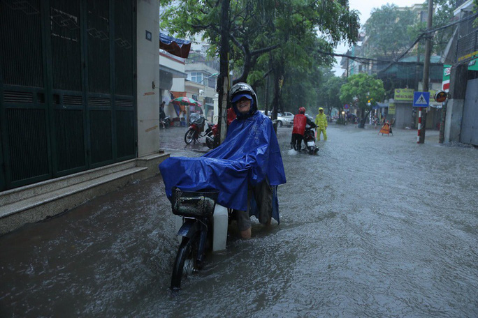Những hình ảnh người dân Hà Nội bì bõm trên phố biến thành sông - Ảnh 8.