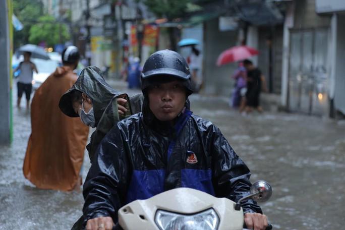 Những hình ảnh người dân Hà Nội bì bõm trên phố biến thành sông - Ảnh 9.