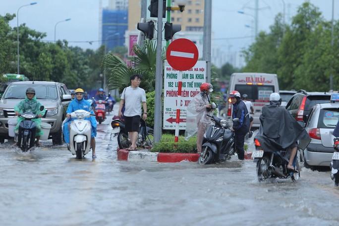 Những hình ảnh người dân Hà Nội bì bõm trên phố biến thành sông - Ảnh 11.