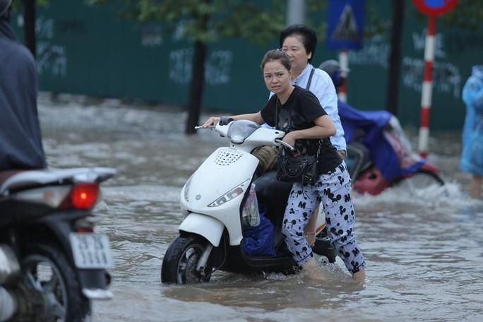 Những hình ảnh người dân Hà Nội bì bõm trên phố biến thành sông - Ảnh 12.