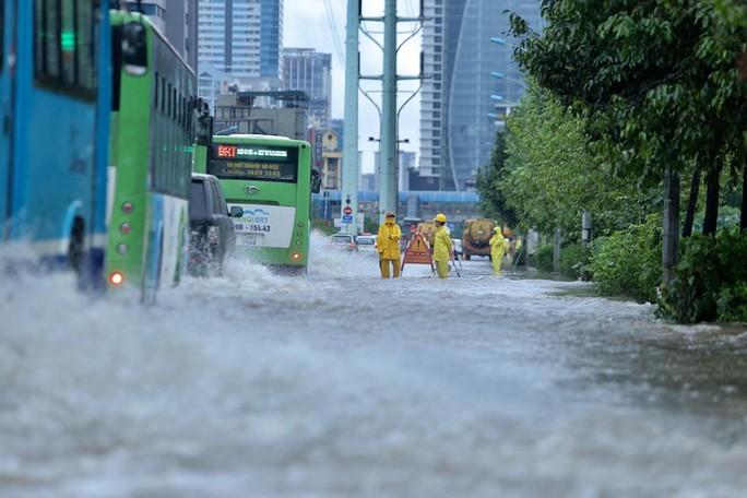 Những hình ảnh người dân Hà Nội bì bõm trên phố biến thành sông - Ảnh 13.