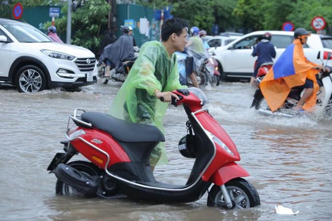 Những hình ảnh người dân Hà Nội bì bõm trên phố biến thành sông - Ảnh 15.