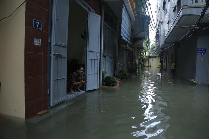 Những hình ảnh người dân Hà Nội bì bõm trên phố biến thành sông - Ảnh 31.