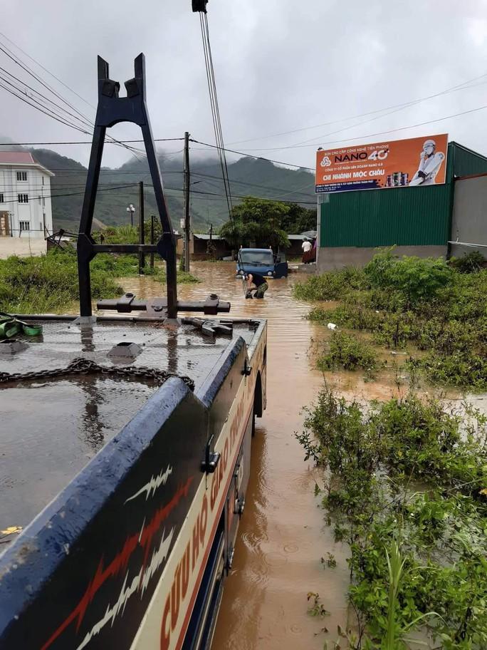 Nhiều tuyến đường ở Sơn La bị nhấn chìm do mưa lớn - Ảnh 6.