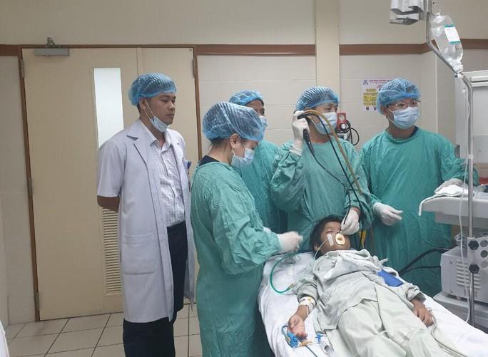 Trẻ 10 tuổi bị mảnh xương cá găm trong phổi suốt một tháng - Ảnh 1.