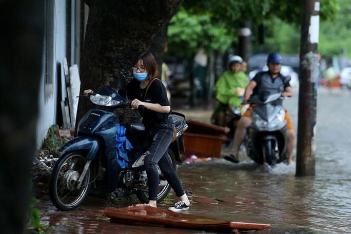 Những hình ảnh người dân Hà Nội bì bõm trên phố biến thành sông - Ảnh 18.