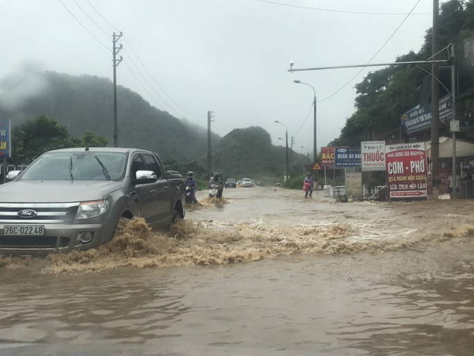 Nhiều tuyến đường ở Sơn La bị nhấn chìm do mưa lớn - Ảnh 7.