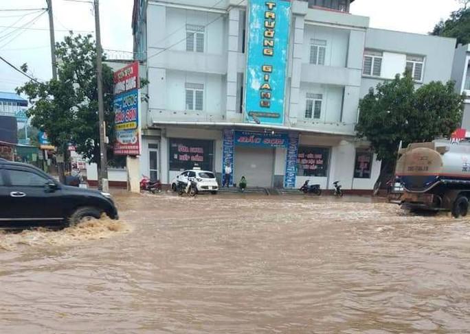 Nhiều tuyến đường ở Sơn La bị nhấn chìm do mưa lớn - Ảnh 9.