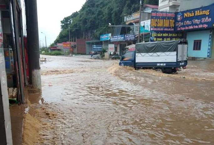 Nhiều tuyến đường ở Sơn La bị nhấn chìm do mưa lớn - Ảnh 10.
