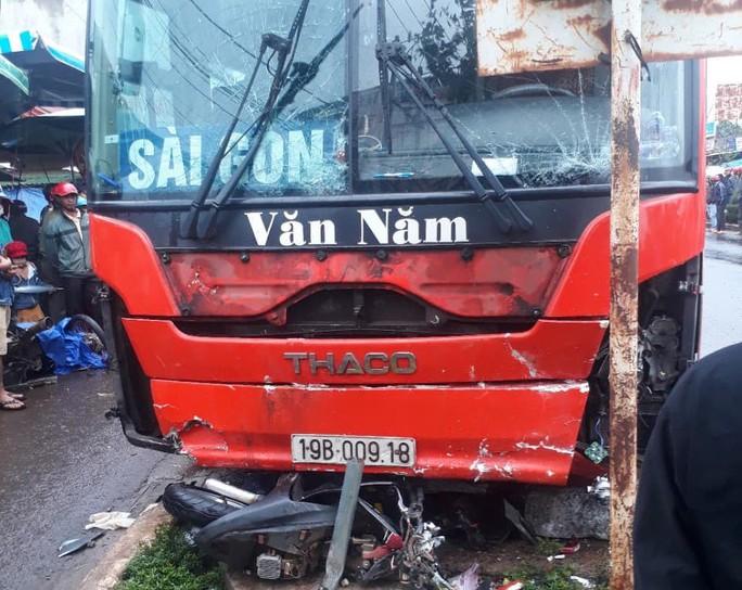 Tránh xe máy qua đường, xe khách lao vào chợ tông chết 4 người - Ảnh 2.