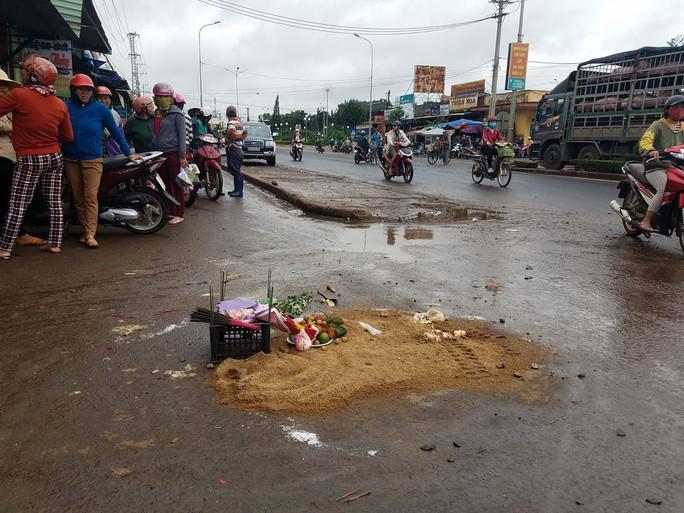 Tránh xe máy qua đường, xe khách lao vào chợ tông chết 4 người - Ảnh 3.