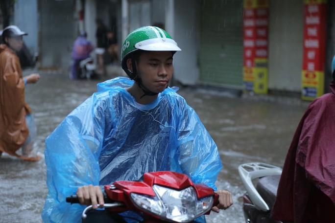 Những hình ảnh người dân Hà Nội bì bõm trên phố biến thành sông - Ảnh 25.