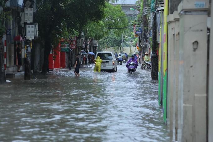 Những hình ảnh người dân Hà Nội bì bõm trên phố biến thành sông - Ảnh 26.
