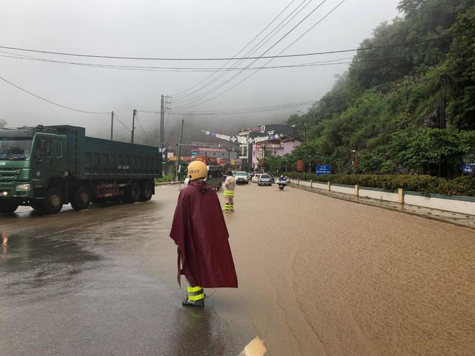 Nhiều tuyến đường ở Sơn La bị nhấn chìm do mưa lớn - Ảnh 11.