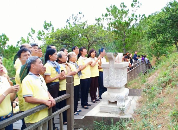 Cán bộ Công đoàn TP HCM dâng hương, viếng mộ Đại tướng Võ Nguyên Giáp - Ảnh 2.