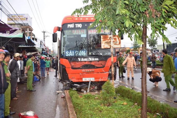 Tránh xe máy qua đường, xe khách lao vào chợ tông chết 4 người - Ảnh 1.