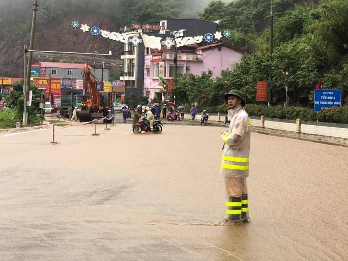 Nhiều tuyến đường ở Sơn La bị nhấn chìm do mưa lớn - Ảnh 12.