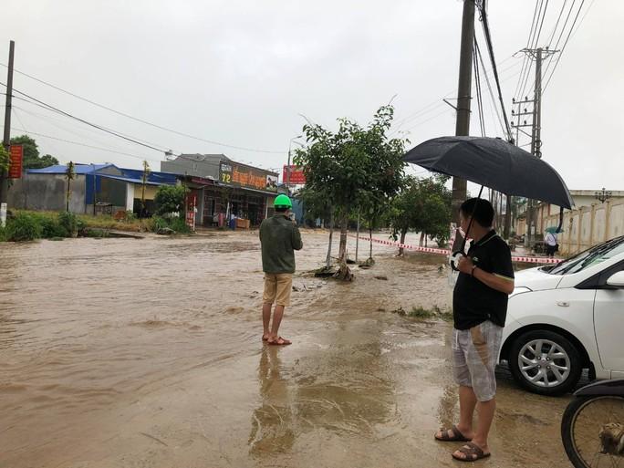 Nhiều tuyến đường ở Sơn La bị nhấn chìm do mưa lớn - Ảnh 13.