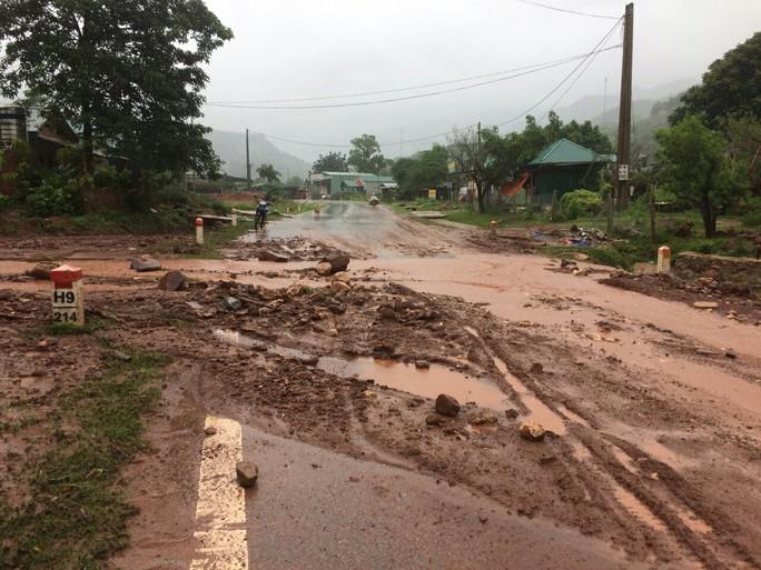Nhiều tuyến đường ở Sơn La bị nhấn chìm do mưa lớn - Ảnh 14.