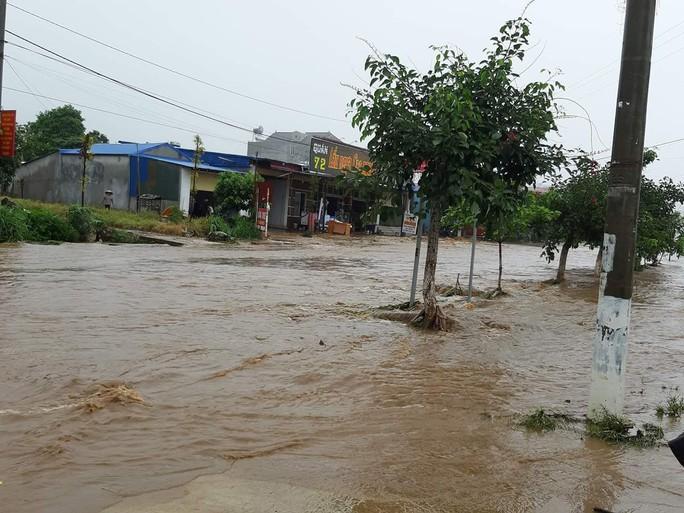 Nhiều tuyến đường ở Sơn La bị nhấn chìm do mưa lớn - Ảnh 16.