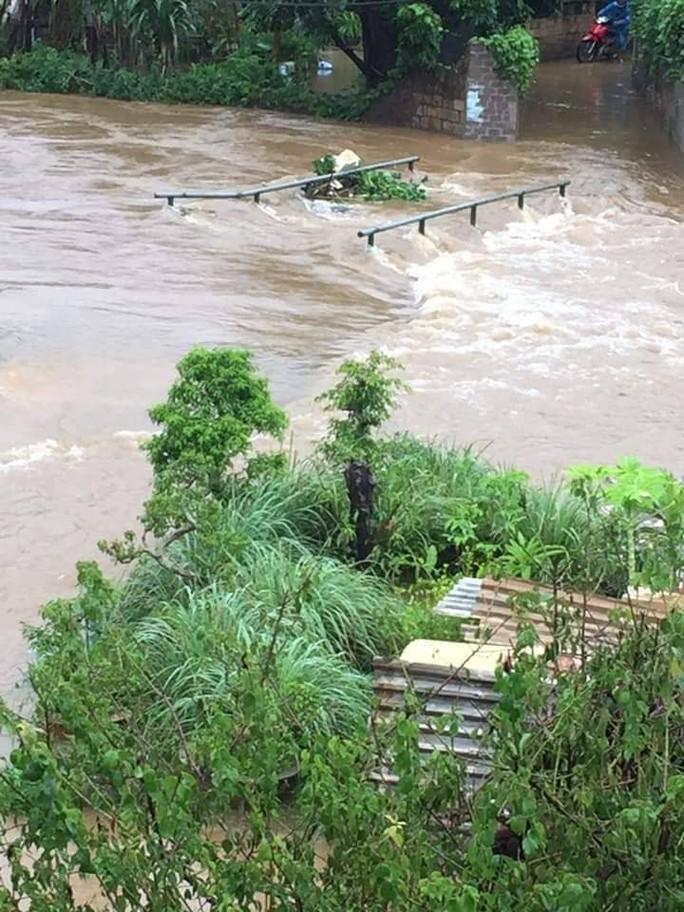 Nhiều tuyến đường ở Sơn La bị nhấn chìm do mưa lớn - Ảnh 17.