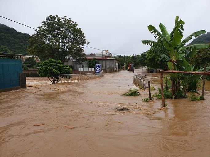 Nhiều tuyến đường ở Sơn La bị nhấn chìm do mưa lớn - Ảnh 18.
