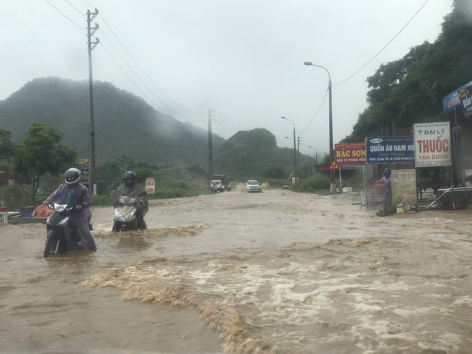Nhiều tuyến đường ở Sơn La bị nhấn chìm do mưa lớn - Ảnh 20.