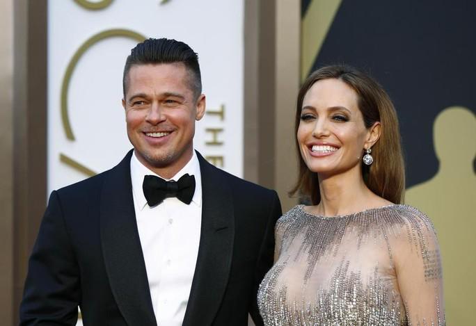 Angelina Jolie khoe lưng trần chi chít hình xăm - Ảnh 6.