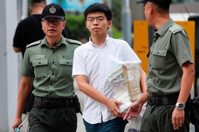Vừa ra tù, thủ lĩnh sinh viên Hồng Kông bị bắt lại - Ảnh 1.