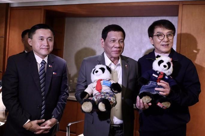 """Thăm Trung Quốc, Tổng thống Duterte """"đánh quả lẻ"""" với cựu cố vấn - Ảnh 2."""