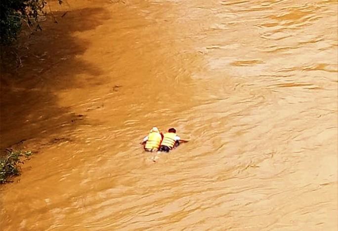 Nhậu xong thách nhau bơi qua sông, 1 người mất tích - Ảnh 2.