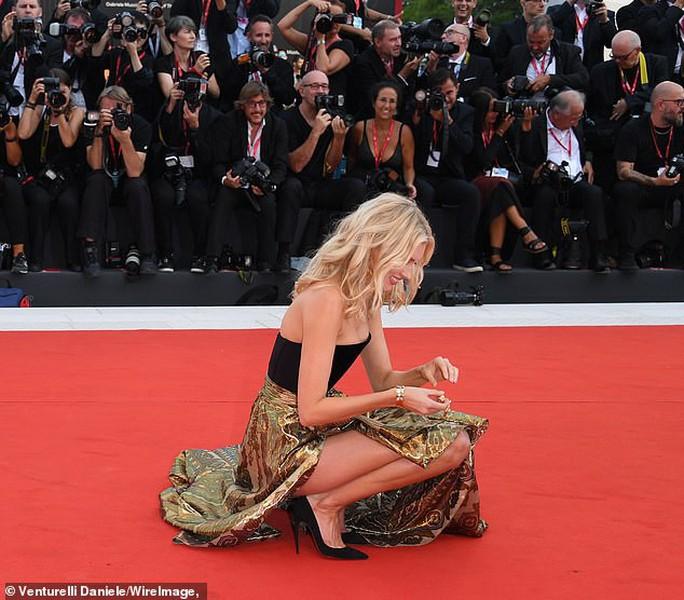 Thiên thần nội y Elsa Hosk lúng túng trên thảm đỏ - Ảnh 2.