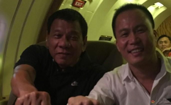 """Thăm Trung Quốc, Tổng thống Duterte """"đánh quả lẻ"""" với cựu cố vấn - Ảnh 1."""