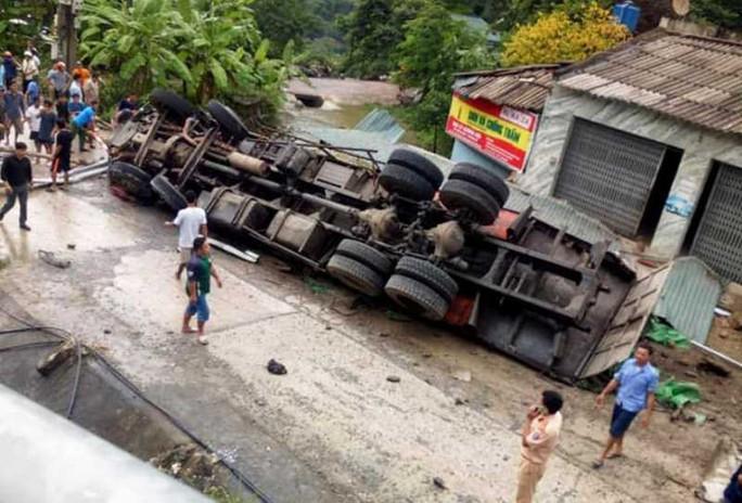 Bố tử vong trong chiếc xe tải lật ngửa, con là tài xế bị thương - Ảnh 2.