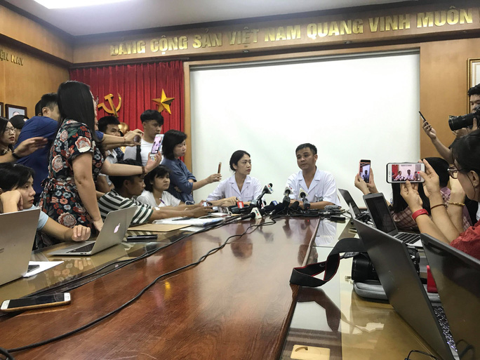 Tác nghiệp vụ cháy nhà máy Rạng Đông, nhiều phóng viên đau đầu, chóng mặt phải kiểm tra sức khỏe - Ảnh 2.