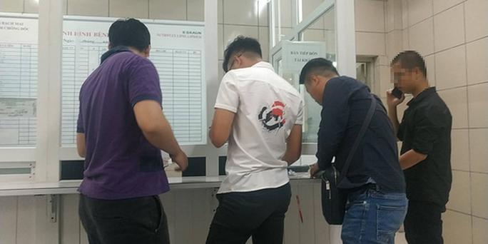 Tác nghiệp vụ cháy nhà máy Rạng Đông, nhiều phóng viên đau đầu, chóng mặt phải kiểm tra sức khỏe - Ảnh 1.
