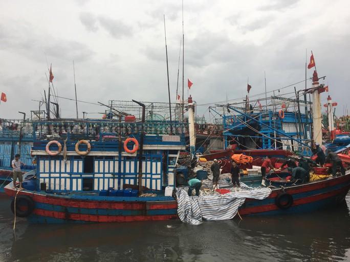 Quảng Bình: Tàu cá bị sóng đánh chìm khi vào trú bão, 2 thuyền viên gặp nạn - Ảnh 1.