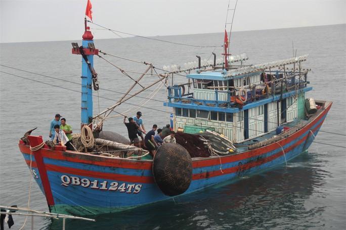 Cận cảnh lai dắt tàu cá cùng 14 thuyền viên gặp nạn trên biển - Ảnh 3.