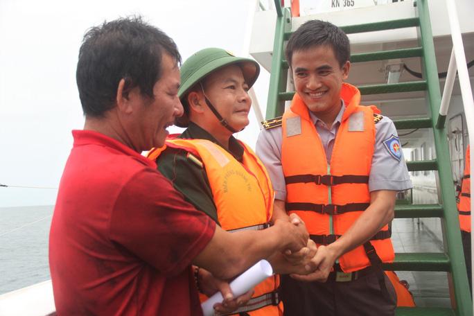 Cận cảnh lai dắt tàu cá cùng 14 thuyền viên gặp nạn trên biển - Ảnh 4.